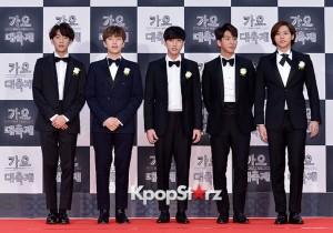 B1A4、胸元にコサージュ、お揃いブラックフォーマルで登場!『KBS歌謡大祝祭』レッドカーペット