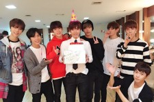 SM ROOKIES YUTA、メンバーらと過ごす幸せな誕生日パーティ!