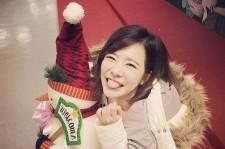 少女時代サニー、雪だるまの人形を抱いて満面の笑み!「おかげで楽しかった」