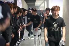 FNC KINGDOMのバックステージ!FTISLAND イ・ホンギの笑顔とCNBLUE ジョン・ヨンファが握手でNEO SCHOOLを激励!(動画)