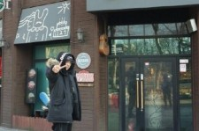 EXO チャンヨル、父が経営するライブカフェから旧正月の挨拶!