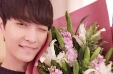 EXO レイ、ウインク&白百合の花束でファンを悩殺!