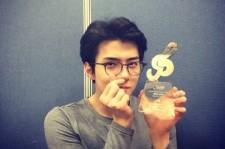 EXO セフン、ウェイボースター賞受賞!トロフィーを手に指ハートで感謝のメッセージ