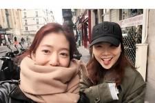 女優パク・シネ、パリの街角でキュートな笑顔ショット公開!