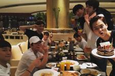 EXO シウミン、上海でメンバーらと過ごす幸せな誕生日記念ショット公開!