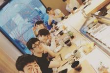 EXOメンバーら、日本料理店でスホの誕生日をお祝い!