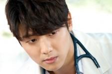 CNBLUEカン・ミンヒョク、ドクターの白衣姿を初公開!MBCドラマ『病院船』