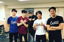 EXO チャンヨル、CNBLUEの日本武道館コンサート楽屋認証ショット公開!「カッコいい兄さんたち」