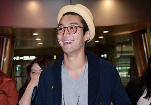 SUPER JUNIOR シウォンの空港ファッション、シャネルのクルーズショー終えシンガポールから帰国
