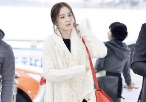 キム・テヒのエレガント空港ファッション、「COSMO BEAUTY AWARDS」出席で中国へ