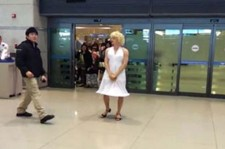 """少女時代も顔負け! SUPER JUNIOR ウニョクが女装で最高の""""空港ファッション"""""""
