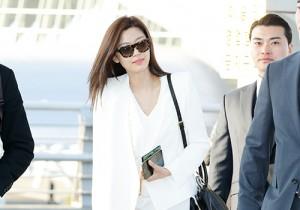 チョン・ジヒョンのスタイリッシュな空港ファッッション、中国へ出国