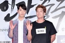 2PM チャンソン2AM チャンミン、揃って手をあげポーズ!映画「人間中毒」VIP試写会に出席