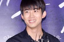 2PM テギョン、ダークな色合いのファッションと対照的な輝く笑顔で映画『皇帝のために』試写会に登場