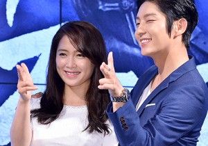 イ・ジュンギ、ナム・サンミの肩を抱いて笑顔でツーショット!ドラマ『朝鮮ガンマン』制作発表会出席