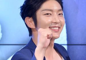 イ・ジュンギ、青空のようなブルーのスーツで晴天の笑顔!ドラマ『朝鮮ガンマン』制作発表会出席