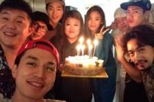 イ・ドンウク、GOT7ジャクソンら「ルームメイト」のメンバーと楽しげな誕生日パーティーの様子を公開!